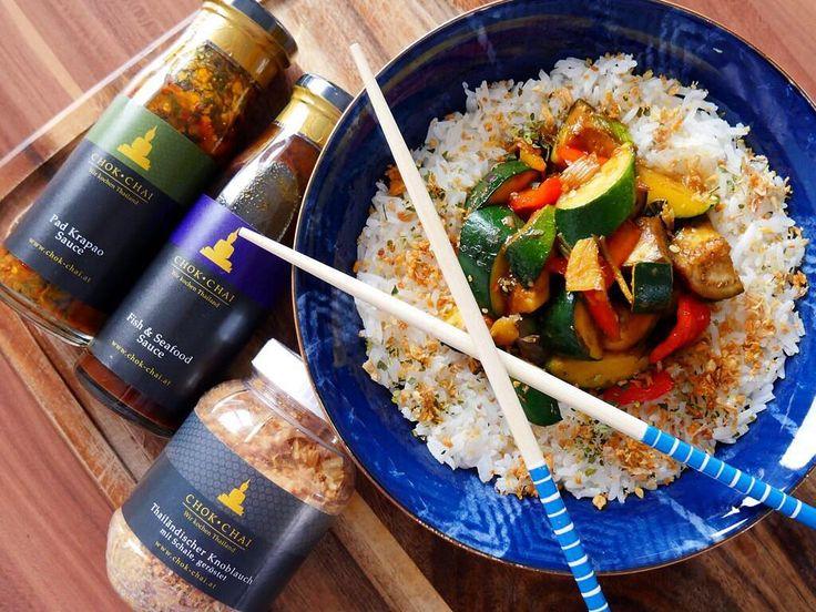 HAPPY WEEKEND  Wer kennt unsere Koch-Saucen schon?  Wir lieben ja alle und verwenden sie auf die verschiedensten Art und Weisen.  Zum Beispiel auch die Fish & Seafood Sauce nicht mit Fisch kombiniert sondern mit Gemüse  Alles geht. Vor allem der Geröstete Thai Knoblauch von uns... der geht auch immer  Seid kreativ! . In diesem Sinne: habt einen schönen Abend und lasst es euch gut gehen Unsere Thai Saucen Gewürze Curry Pasten & Geschenkboxen findet ihr in der Bio @chokchai.thai.cuisine  Shop…