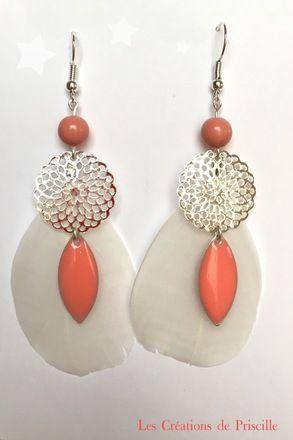 Boucles d'oreilles clips ou percées, plumes blanches, estampes rondes argentées en forme de rosace, breloques gouttes corail et perles rondes corail   Possibilité d'adapter en c - 19872492