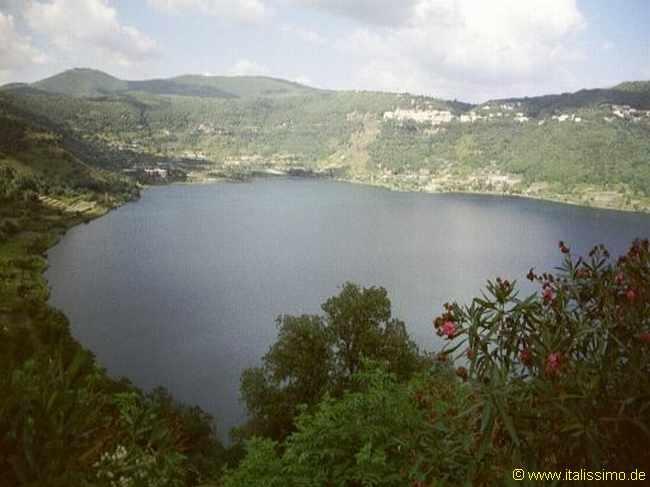 """Lago de Nemi - Itália    Acima do lago havia um bosque consagrado à deusa Diana. Do santuário de Diana, uma torrente desce até o Nemi, assombrada pela ninfa das águas Egéria em associação com um Rex Nemorensis, """"Senhor das Florestas"""", citado nas lendas arturianas como o """"Rei Pescador"""" da Busca do Graal, com Diana como Dama do Lago."""