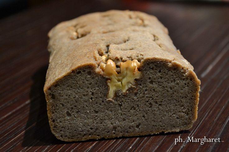 Il grano saraceno è una pianta della stessa famiglia del rabarbaro, ovviamente è senza glutine.  Con la sua farina si ottiene un pane naturale eccellente con il clima freddo perché produce rapidamente calore, in più ha un elevato contenuto di vitamina E.  Non è il classico pane gonfio e ben lievitato, questo perché il grano