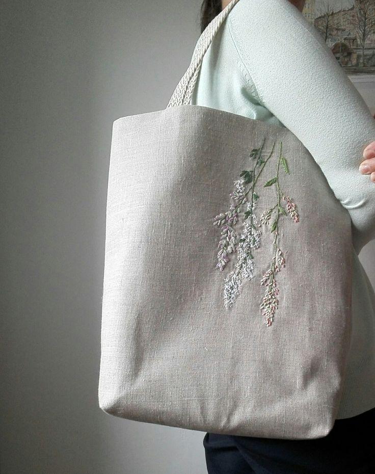 Vyšívaná+lněná+kabelková+taška+Ušila+jsem+lněnou+tašku,na+kterou+jsem+vyšila+barevné+květy.+Květiny+jsou+jemné+a+přitom+dodají+tašce+jedinečnost.+Je+silně+vyztužená,+ušitá+ze+100%lněné+látky+vyšší+gramáže,+podšívka+je+bílo+šedá+puntikovaná,+s+vnitřní+lněnou+růžovou+kapsičku.+Ucha+jsou+bavlněná+splétaná,+délka+ucha+46+cm.+Každý+můj+výtvor...