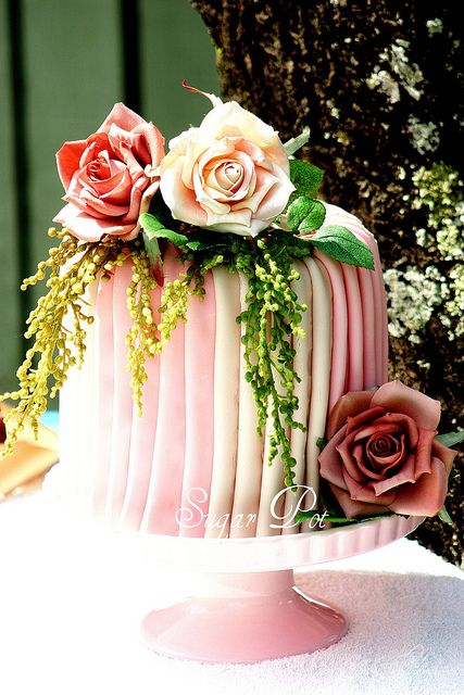 OMGorgeousness!  Pleated cake by Sugar Pot,