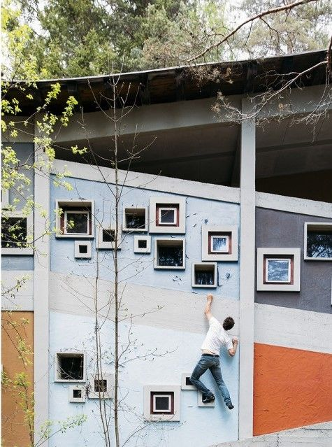 Villaggio Eni, Gianluca D'Incà Levis si arrampica sul muro esterno della Colonia  – Veneto, Italia
