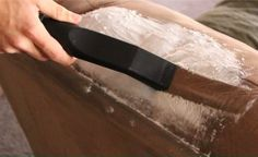 La technique simple mais infaillible pour nettoyer un canapé en tissus ou en…