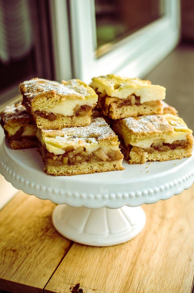 Krémový jablkový koláč cesto: 450 g hlad múky 250 g masla 1/2 šálky prášk cukru…