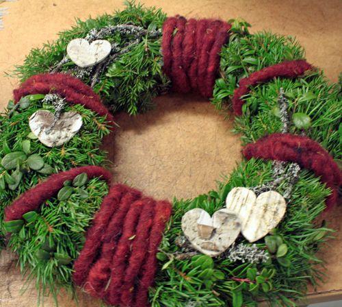 Dörrkrans jul med ullgarn och näverhjärtan