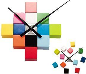 Deze design wandklok komt met twaalf kleurrijke blokjes die je naar eigen zin kan ophangen. Zo kan je de groote van de klok zelf bepalen en heel leuke effecten verkrijgen. Verkrijgbaar in zwart, zilver en gekleurde blokjes.