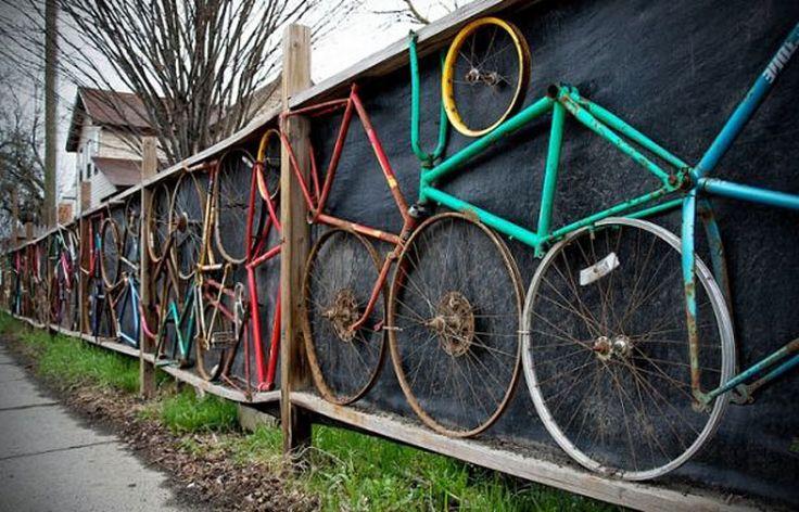 Recinzione da giardino decorata con vecchie biciclette