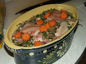 La vraie recette du potchevleesch - 4 pers environ – 2 cuisse et 2 aile poulet – 2 cuisse lapin – 200 gr lard – 200 gr veau – 1 bière blonde du nord – 4 échalote – 1 bouquet de persil – 1 carotte – thym, laurier, baies de genièvre, sel, poivre C'est un plat super facile à faire, qui demande beaucoup de temps de prép.