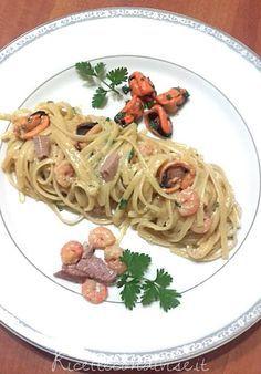 Gli spaghetti alla carbonara di mare sono una variante della classica carbonara in cui il guanciale viene sostituito con un mix di pesce fresco tagliato a cubetti come la pancetta (in questo caso pesce spada e tonno) e con l'aggiunta di cozze e gamberetti che la rendono ancora più ricca e gustosa. Il risultato è un piatto un po' inusuale ma cremoso e saporito che racchiude in sé i profumi e il sapore del mare! Ingredienti per 3 persone: - 300 gr. dilinguine/trenette - 70 gr di p...