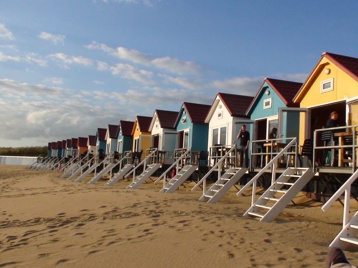 Logeren in een kleurrijk strandhuisje op het strand van Vlissingen! Genieten van de mooiste zonsopgang en zonsondergang! En de hele dag luisteren naar de zee! Foto: Marina Margot.