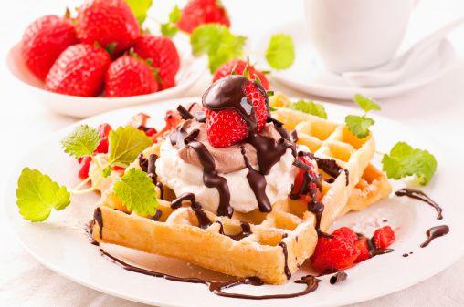 waffles con le fragole e gelato alla vaniglia con cioccolato