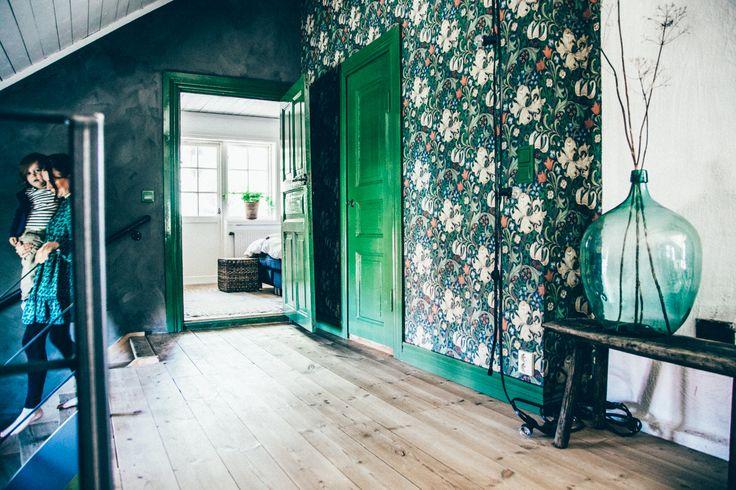 För någon vecka sedan var Johanna och jag hemma hos Marie Emilsson som bor på Håkesgård med sin fina lilla familj. Hemma hos Marie sitter tapeten jag drömmer om på väggarna, trägolven är helt fantasti