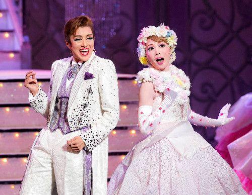 デュエットで歌う星組トップコンビの北翔海莉(左)と妃海風