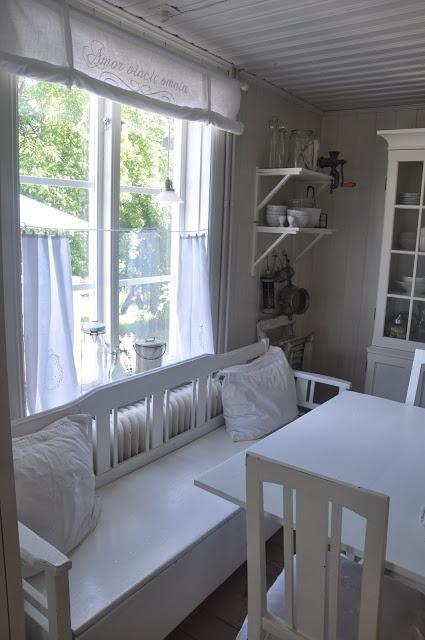White linen cafe curtain. Vita Verandan: kök