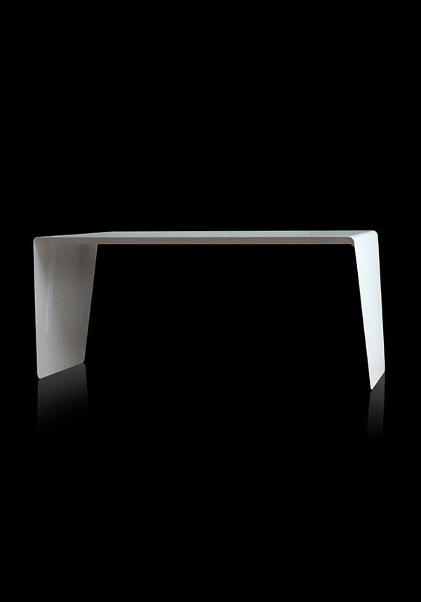 BALMUDA Aero | そのデザインは、まるで一枚の翼。ワークテーブル「Aero」は、レーザーで切り出された一枚のスチールプレートから作られています。