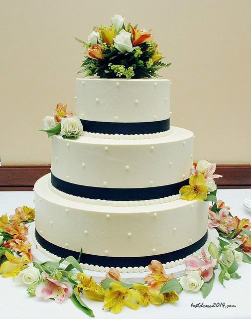 Inexpensive Wedding Cake Using Real Flowers To Decorate