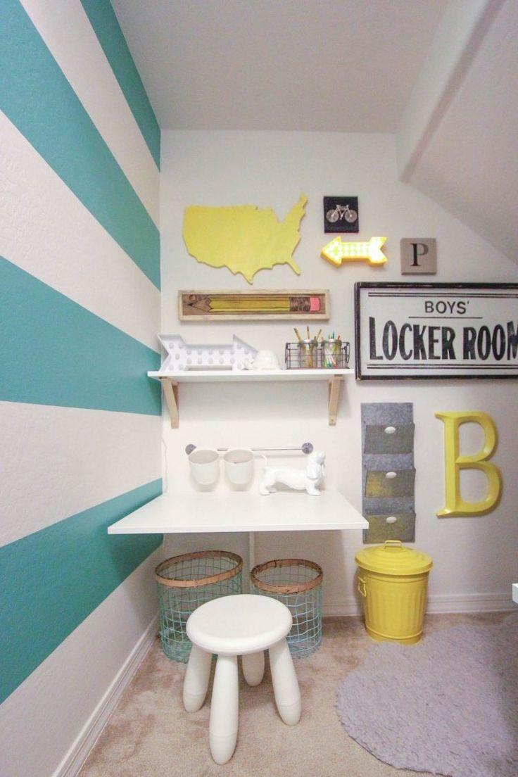 bureau mural enfant, tabouret design, étagères et peinture rayée