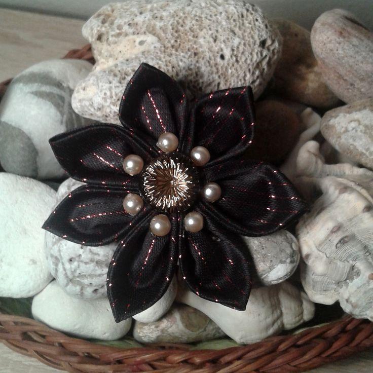 Květina kanzashi 1 Květinová ozdoba vyrobená technikou kanzashi z luxusního materiálu s červeným lurexem. Střed květiny je tvořen luxusním skleněným knoflíkem. Dozdobeno perličkami. Je variabilní....dá se použít jako velice netradiční a originální ozdoba na stromeček, jako drobná pozornost pro někoho blízkého, jako ozdoba do vlasů (možno připevnit na čelenku či ...
