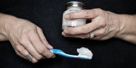 HJEMMELAVET. Økologisk kokosolie, natron og pebermynteolie og wupti så har Pia Birk lavet sin egetn fluorfri tandpasta. Foto: Tor Birk Trads