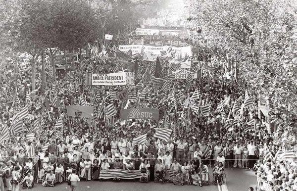 L'esclat popular contra la dictadura    Diada de l'Onze de Setembre del 1977, la de la manifestació del milió de persones. Vista aèria de la multitud amb pancartes i senyeres.