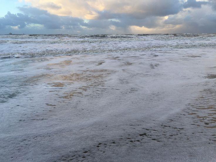 Einde middag januaridag winter 2017... Roerige zee na storm maar gouden hemel boven gouden kust... In Wassenaar aan Zee