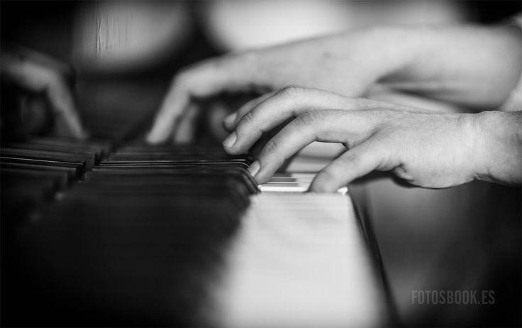 Dicen que además de escuchar la música hay que verla y si es así... cuando se trata de un piano qué mejor que en blanco y negro. #pianist #piano #music #composer #artist #pianoplayer #art #instamusic #grandpiano #f4f #followback #followforfollow #picoftheday #instagood #shooting #photographer#bw #bnw #blackandwhite #blancoynegro #monochrome #portrait #bw #inspiration #photography #fotografia