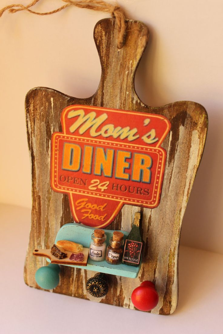 Vintage rustic handmade american diner chopping board door hanger sign knobs clay miniature food, salt, pepper, eggs, pan, book - Wall decor di ManthaCreaMiniatures su Etsy