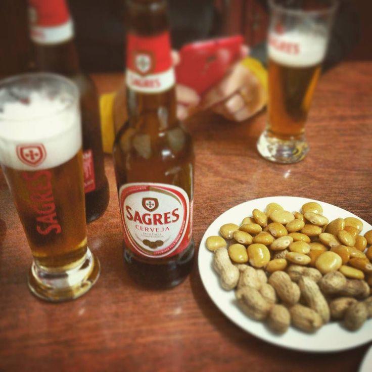 Sagres amendoim e tremoço à vontade. Na taberna Casa Costa em Coimbra a cerveja é em conta e os acompanhamentos são free. #triptips #instatravel #trippics #coimbra #portugal #europa #eurotrip #sagres #cerveja #beer #cerveza #tremoco #amendoim #taberna #viagem #viaje #trip #turismoportugal by terrasporondeandei