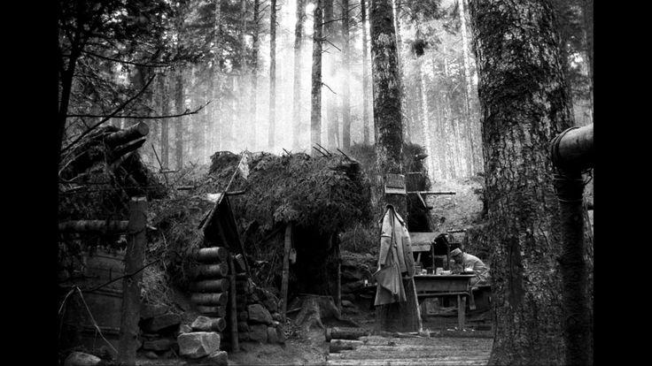 Avril 1915. Un assistant médical lisant à sa table, devant un poste de secours près de Saint-Jean d'Ormont (Vosges).