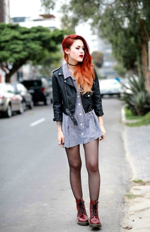 Девушка в платье рубашке и кожаной куртке