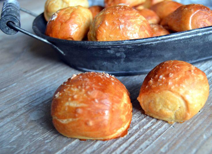 I USA hedder de pretzels og i Tyskland hedder de bretzeln, men i sidste ende er der tale om det samme stykke bagværk, nemlig en lækker, sej kringle drysset med salt og serveret som snack– gerne til en kold øl. I Tyskland kan man købe dem i hver eneste bagerbutik og også ofte i boder …