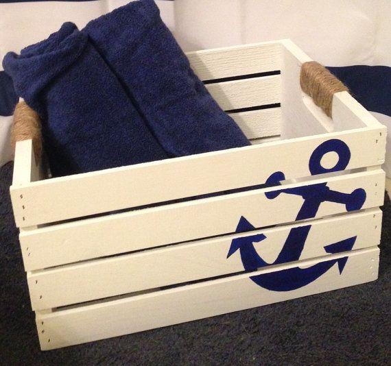 Caisse de rangement ancre est un grand accent à n'importe quelle pièce. Cette caisse serait adorable dans une chambre d'enfant et a des options de stockage sans fin, couches, lingettes, jouets, couvertures... Personnellement, j'utilise cette caisse pour ranger serviettes et laver le linge dans mon bain de commentaires. Elle serait parfaite pour ranger les serviettes de plage ainsi.  La caisse est 9 pouces de profondeur beaucoup d'espace pour ranger des choses  Cette caisse est blanche avec…