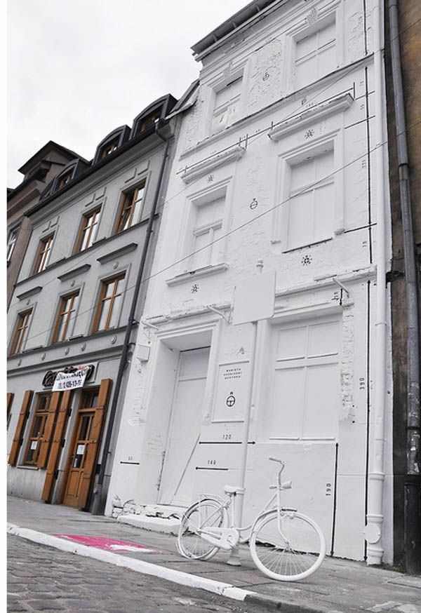 Kusmirowski. A building, ready to be demolished, was painted white along with all the objects related to it.