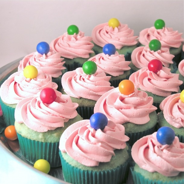 Bubble Gum Cupcakes -- I have not seen Duncan Hines new Frosting Creations Bubble Gum flavor but I will be looking for it! | Chicletes Gum | Pinterest | Bubble…