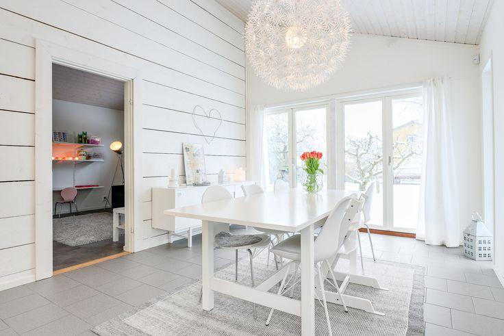 Tillbyggnad med matrum i etagé, utgång till trädgård och härlig altan!