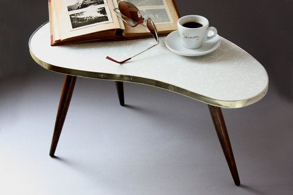 Kleiner vintage Nierentisch / Beistelltisch / Kaffeetisch weiß / Dreibein 50er 60er Jahre / deutsches Möbel / German furniture / vintage plant stand / small coffee table / kidney shaped / tripod / flower stool / side table / Mid- Century / 50s 60s / magazine tray / nightstand / beside table / prop