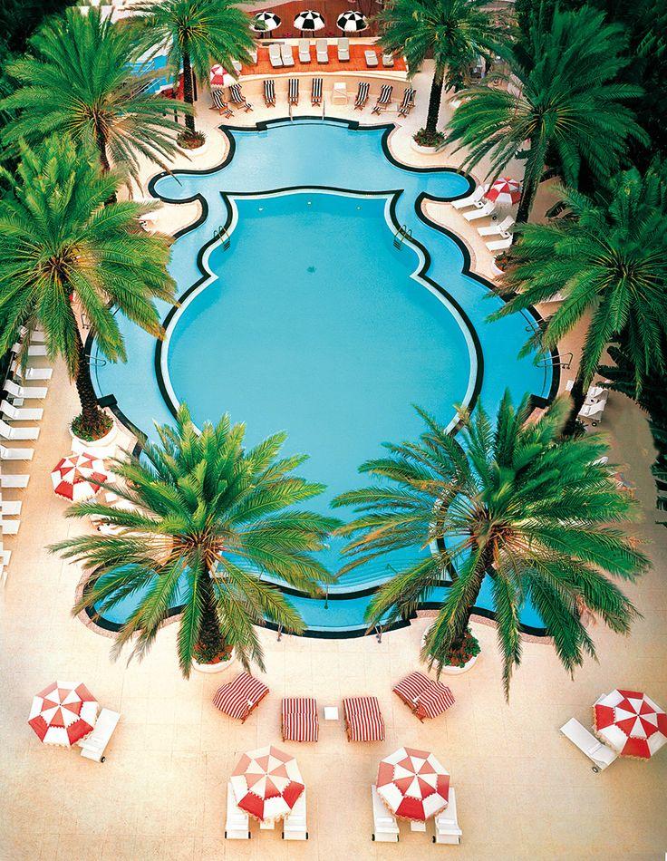 Date un chapuzón - AD España, © Kevin Hayden Relax post-verano  Rodeada de palmeras, hamacas y sombrillas, la piscina del Raleigh, un brillante ejercicio de curvas art-decó de Miami, es la más espectacular de EEUU.