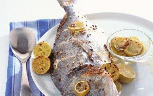 Τσιπούρα στο φούρνο με λεμόνια και μυρωδικά
