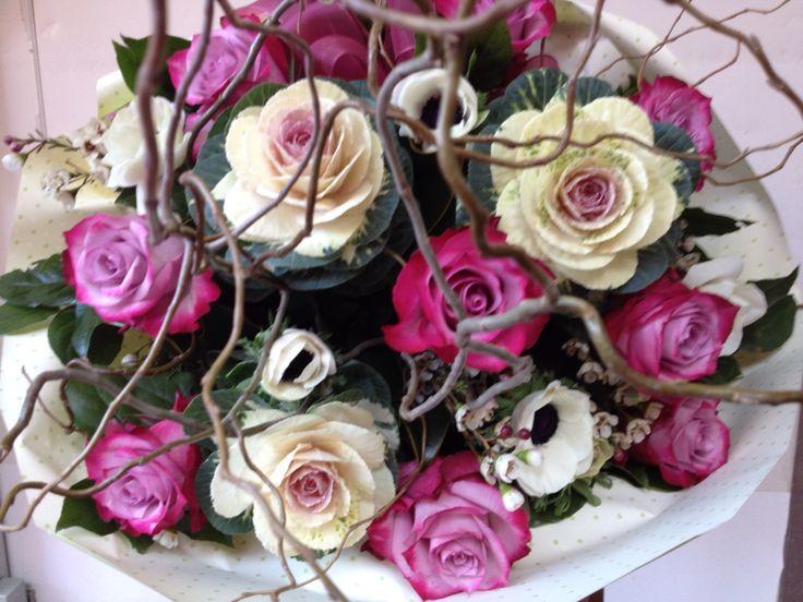 Bouquet con rose, verze,anemoni e rami di salice