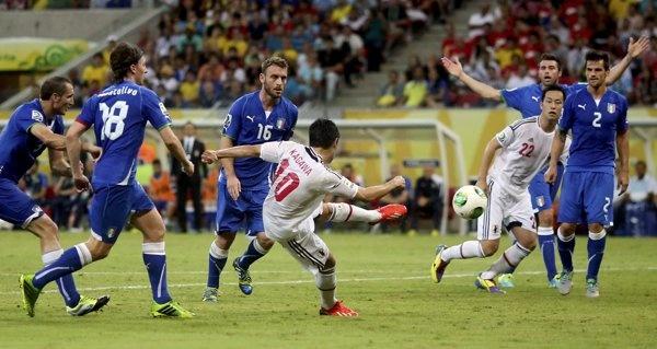 Japan's Shinji Kagawa scores his team's second goal against Italy during their Confederations Cup Group A soccer match at the Arena Pernambuco in Recife | El día en imágenes - Yahoo! Noticias Venezuela