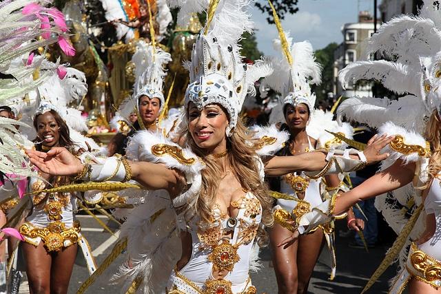 Le celebre carnaval de Notting Hill rassemble des milliers de personnes chaque annee