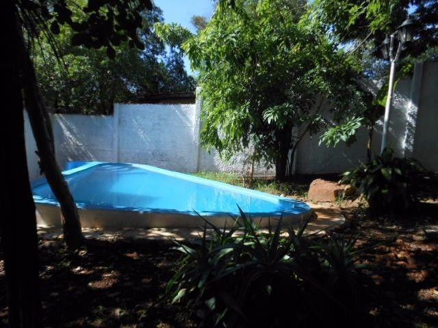 Alquilo o vendo propiedad apta para hostel. Posee hermoso jardín arbolado, piscina de material, patio, churrasquera. Esta dividida en tres departamentos, cada uno con cocina, baño completo y dormitorio. Con posibilidades de ampliar.La propiedad esta a 8 cuadras del centro, a 10 de la terminal de omnibusy a 11 km de las Cataratas del Iguazú.Esta ubicada en Villa Alta a 1 y 1/2 cuadra de la Av. República Argentina .Tratar al: 03757-425360 (fijo) o al celular 0343-154769999 Whatsapp.