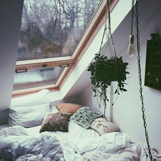 """""""Muitas vezes pouco aproveitado aqui nos trópicos, o sótão é um espaço da casa que tem grande potencial para abrigar um quarto ou um cantinho de leitura.…"""""""