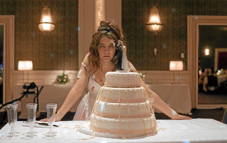 Den magnifika bröllopsfesten har just börjat, när bruden inser att en av kvinnorna där är makens älskarinna…