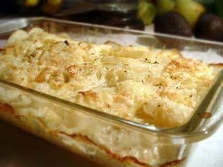 Aardappelgratin met eieren en creme fraiche. Je kunt er ook groenten aan toevoegen.