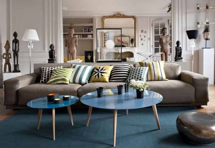 Un appartamento classico nel cuore di Parigi arredato con gusto caldo e moderno. I colori neutri delle pareti esaltano la collezione d'arte del committente. Design di Double G, foto di Nicolas Mathéus
