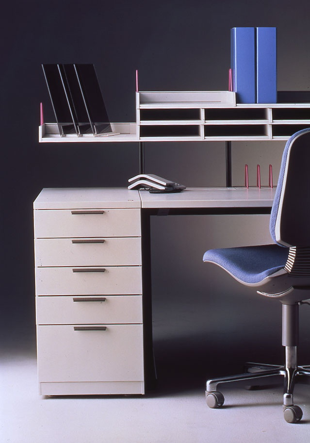 The design of the Amfi series was inspired by new German and Swiss office furniture with an eye to the Central European markets. Every workstation in the office now required many electrical outlets, yet all the wiring had to be invisible. Design Pekka Toivola (In the 1980s)