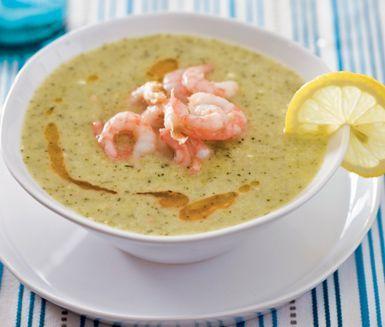Denna broccolisoppa med italienska smaker är en värmande och matig soppa som du serverar med färska räkor på toppen. Soppan mixas till en slät konsistens och får lite extra krämighet från crème fraiche.