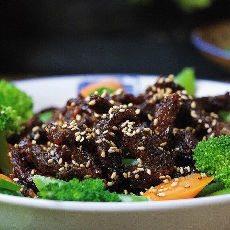 Paleo crispy sesame beef ! Thin sliced sirloin steak pan fried to golden crispy paired with refreshing veggies. Healthy Paleo sesame beef. Paleo takeout.